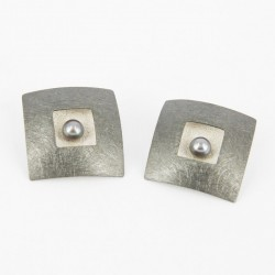 Earclips Silver ruthinized with black pearl. Form Square 28 x 28 mm - 25314